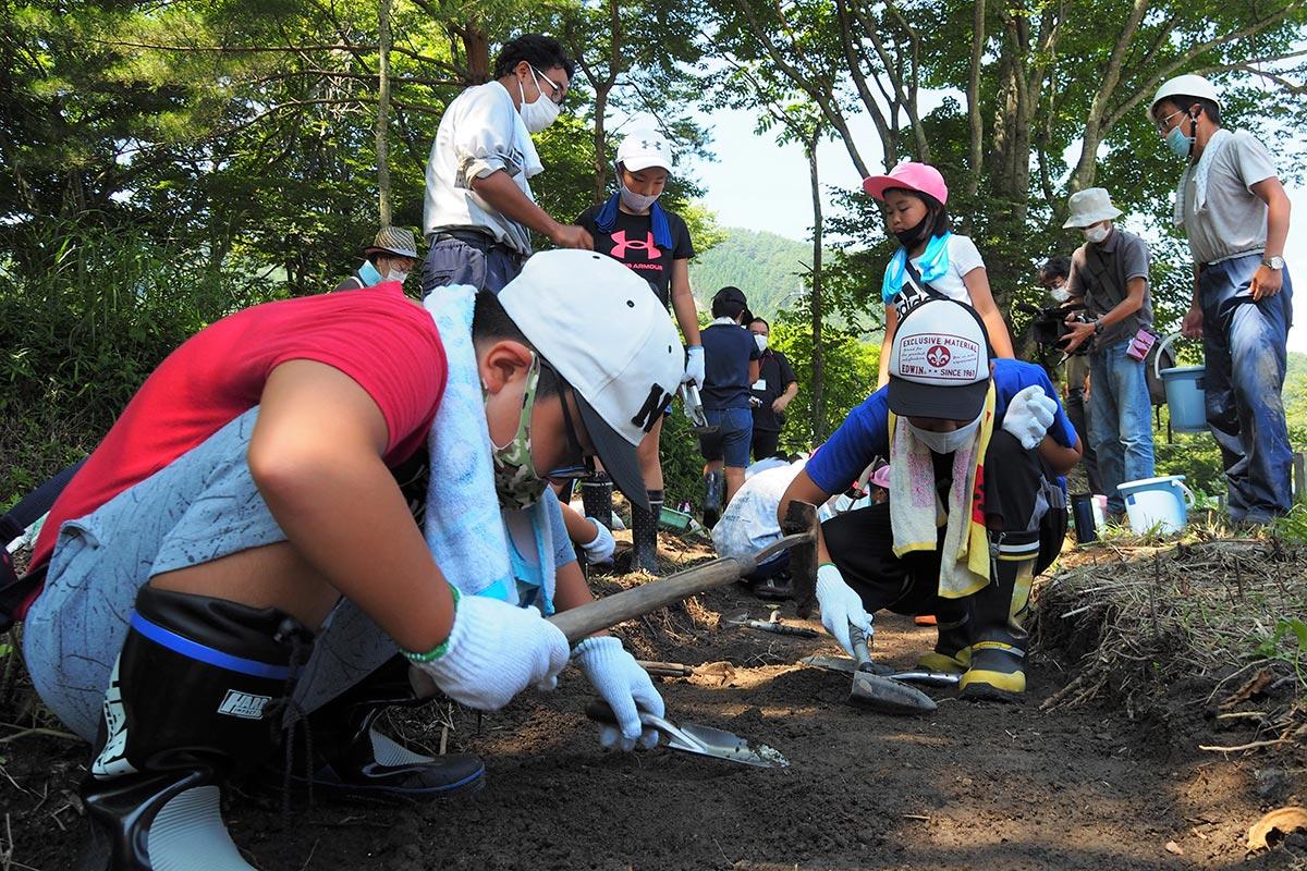 屋形遺跡で発掘体験を行った小学生ら。地道な作業を熱心に続けた