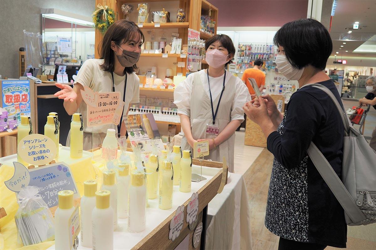 発売イベントで買い物客らが「甘糀乳液」を試した