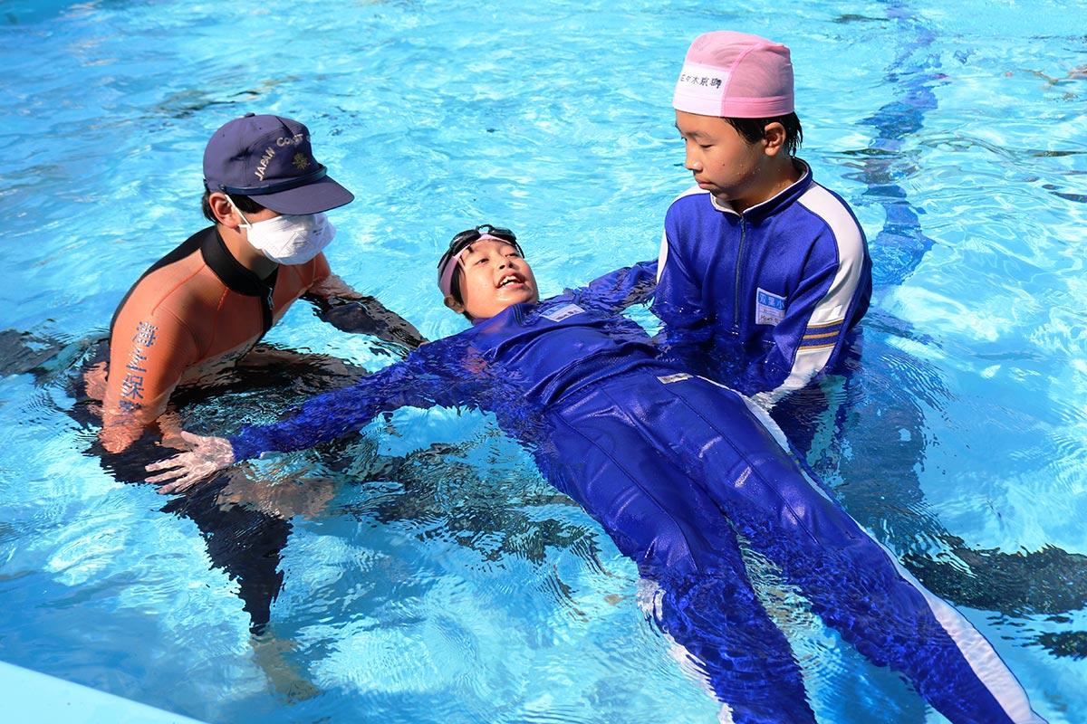 釜石海保職員の指導で「背浮き」に挑戦!