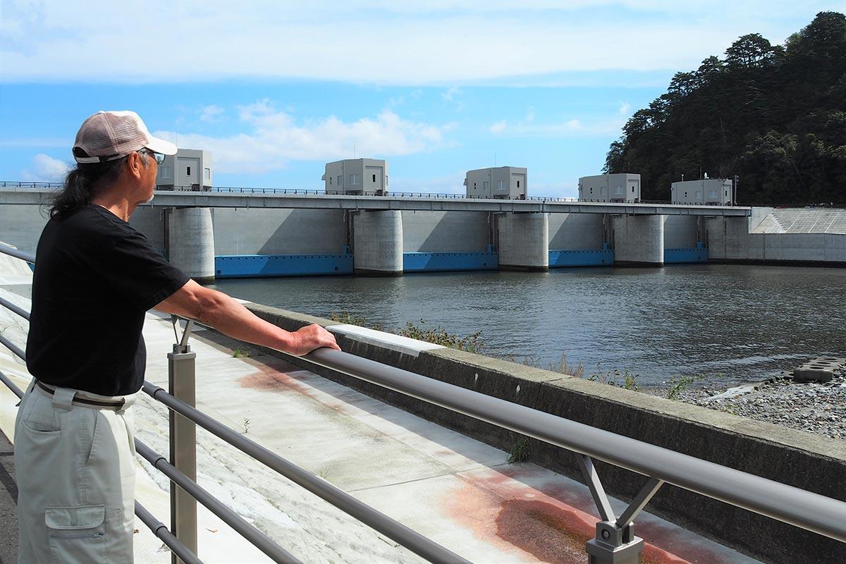 水門の閉鎖訓練を見守った住民は防災意識を高める機会にした=7日