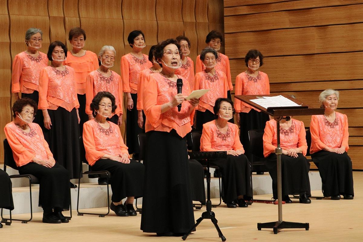 観客に感謝の気持ちを伝える坂本慶子会長(中央)