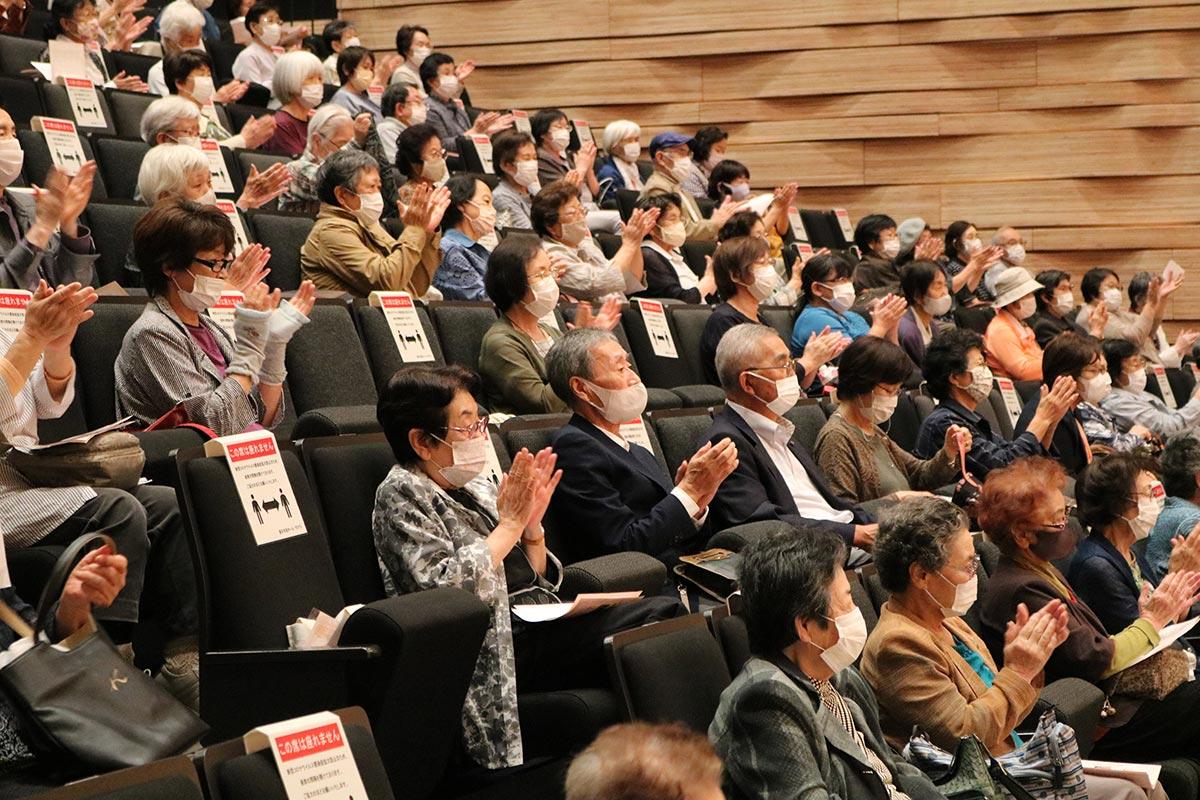 感動のステージに大きな拍手を送る観客