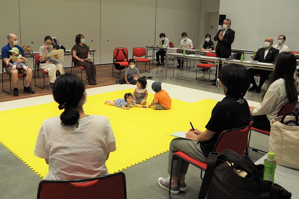 県立釜石病院の分娩機能休止に関する意見交換会。子育て世代の声も取り入れて支援策をまとめた=7月16日、釜石市民ホール