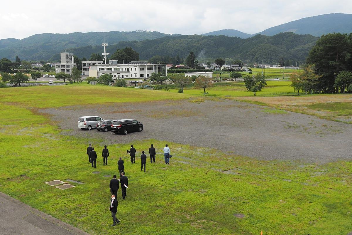 災害時の避難場所として釜石市民に開放される遠野運動公園内の駐車場。奥に見える建物は消防署が入る総合防災センター