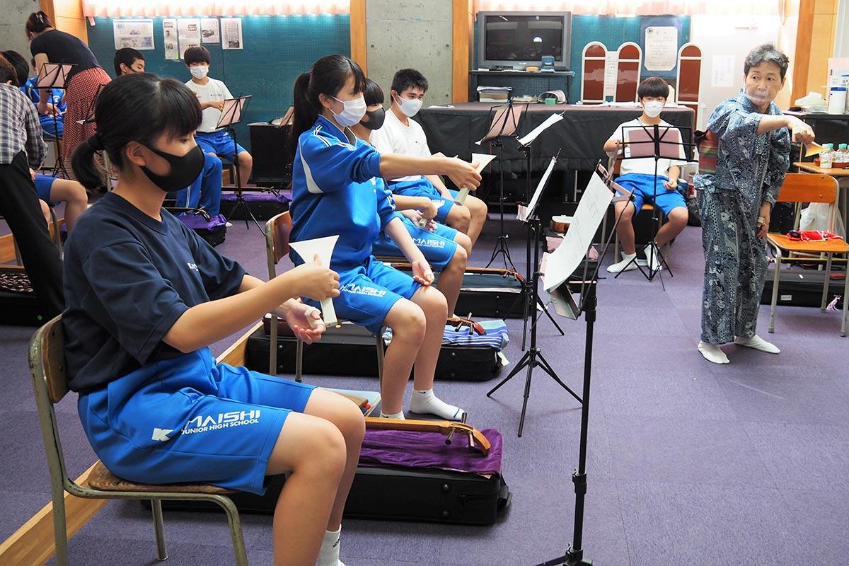 バチの持ち方指導から始まった釜石中の三味線教室