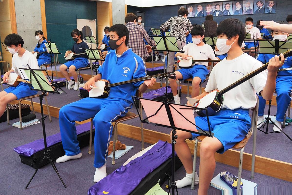 初めて触れた三味線での合奏を楽しむ男子生徒
