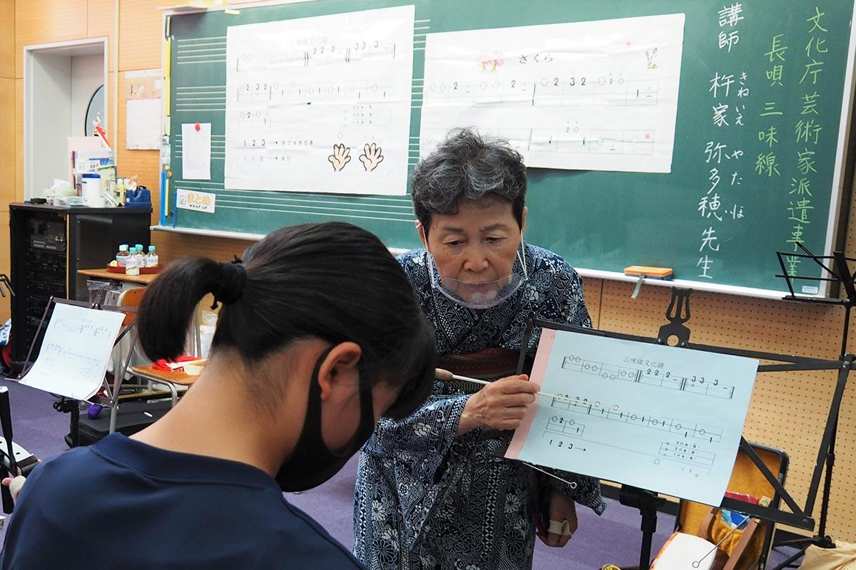 独特の楽譜を示しながら指導に当たる杵家弥多穂代表