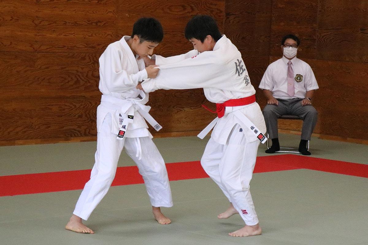 釜石中で行われた剣道(上)、柔道(下)競技。釜石中、大槌学園の選手が個人戦で優勝を競い合った