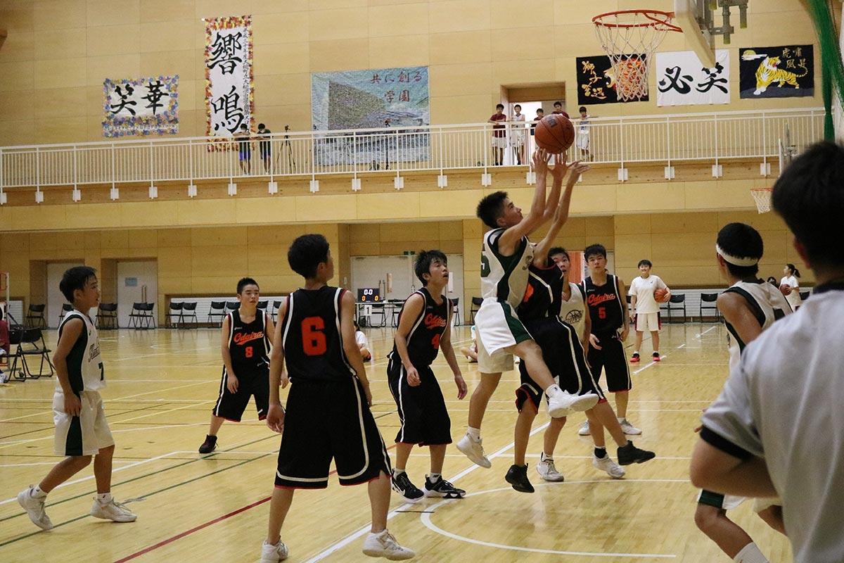 震災後、新設された大槌学園の体育館で熱戦を繰り広げるバスケットボール競技