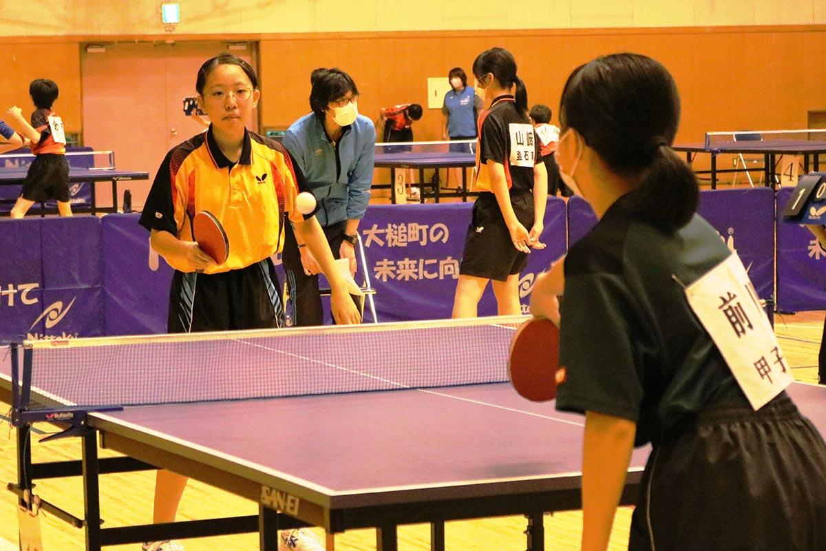 卓球競技は大槌町城山公園体育館で開催。個人戦には男女とも5校から選手が集い、トーナメント戦に挑んだ