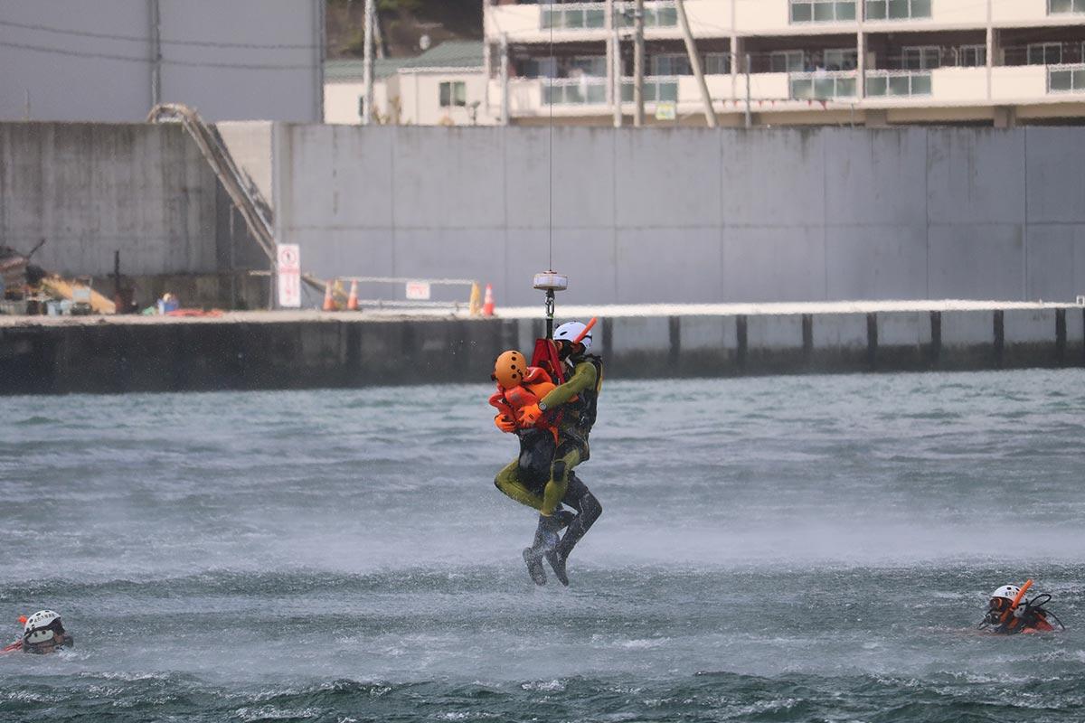 甲子川河口で行われた水難救助訓練=15日