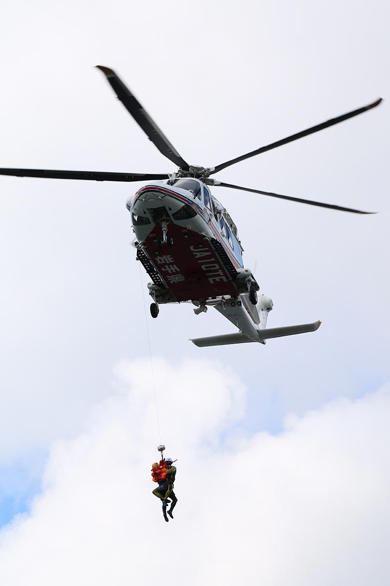 要救助者と隊員をつり上げ、機内に収容した