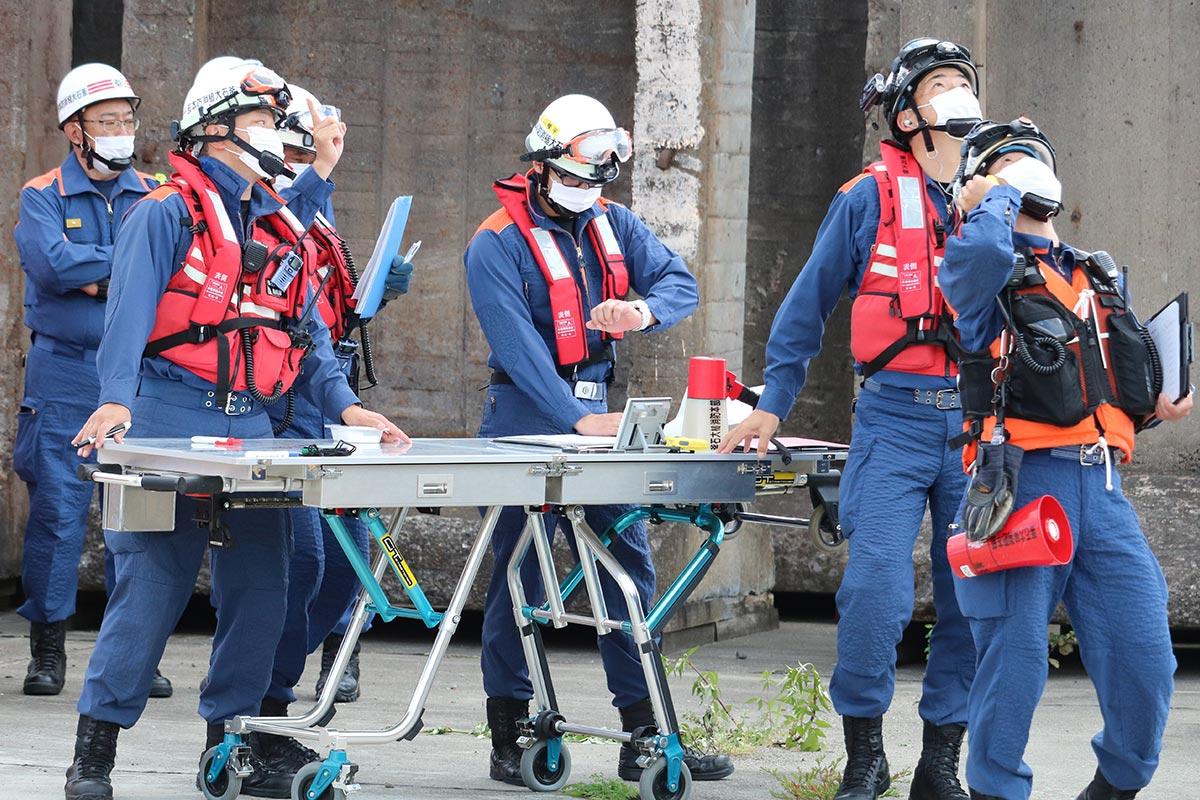 公共ふ頭岸壁で救助訓練の指示を出す指揮隊