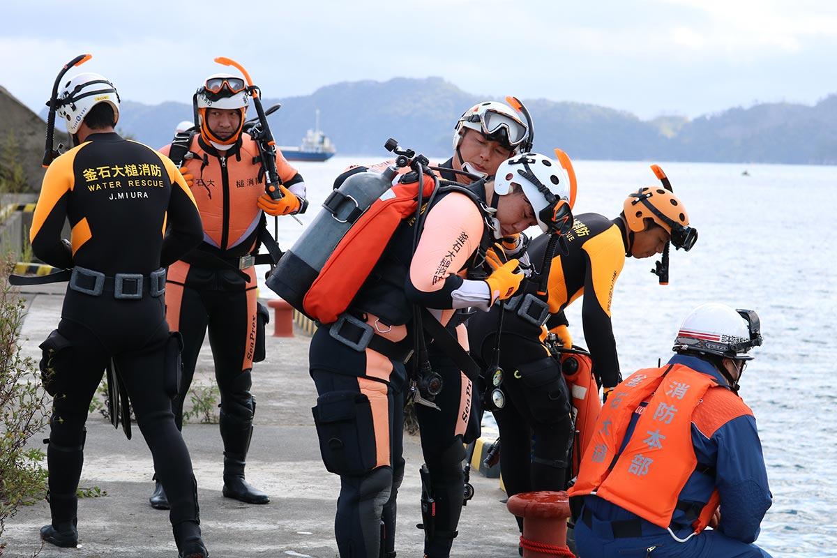 水中捜索の装備をする釜石大槌消防本部の隊員