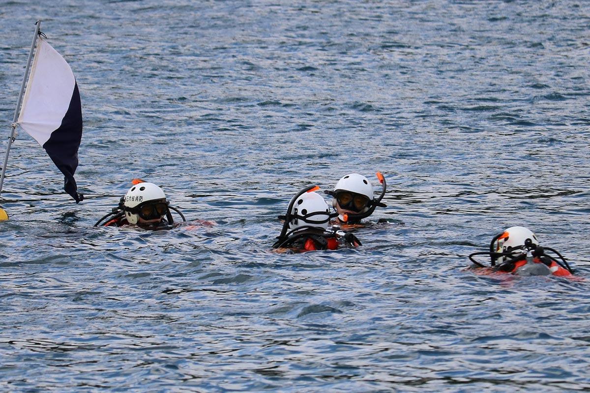 潜水隊員が沈没地点で要救助者の捜索を開始