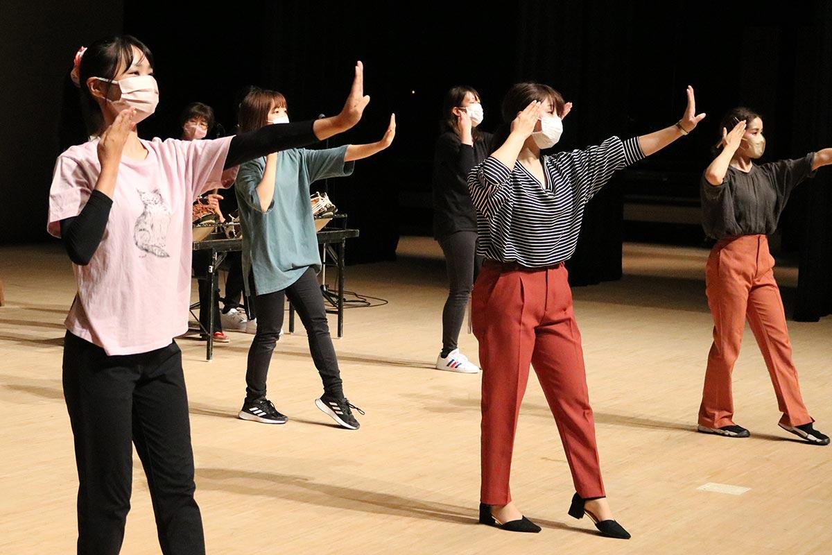 前囃子の練習に励む「よいさ小町」の女性ら。艶やかな舞で番組を盛り上げる
