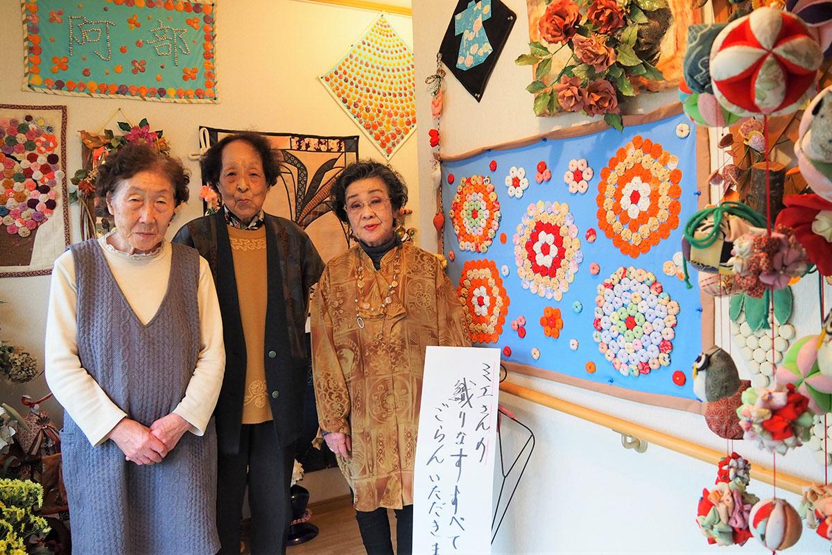 大平町の自宅で手作り品のおひろめ会を開いている阿部さん(中)、友人の岩間さん(左)と高坂さん