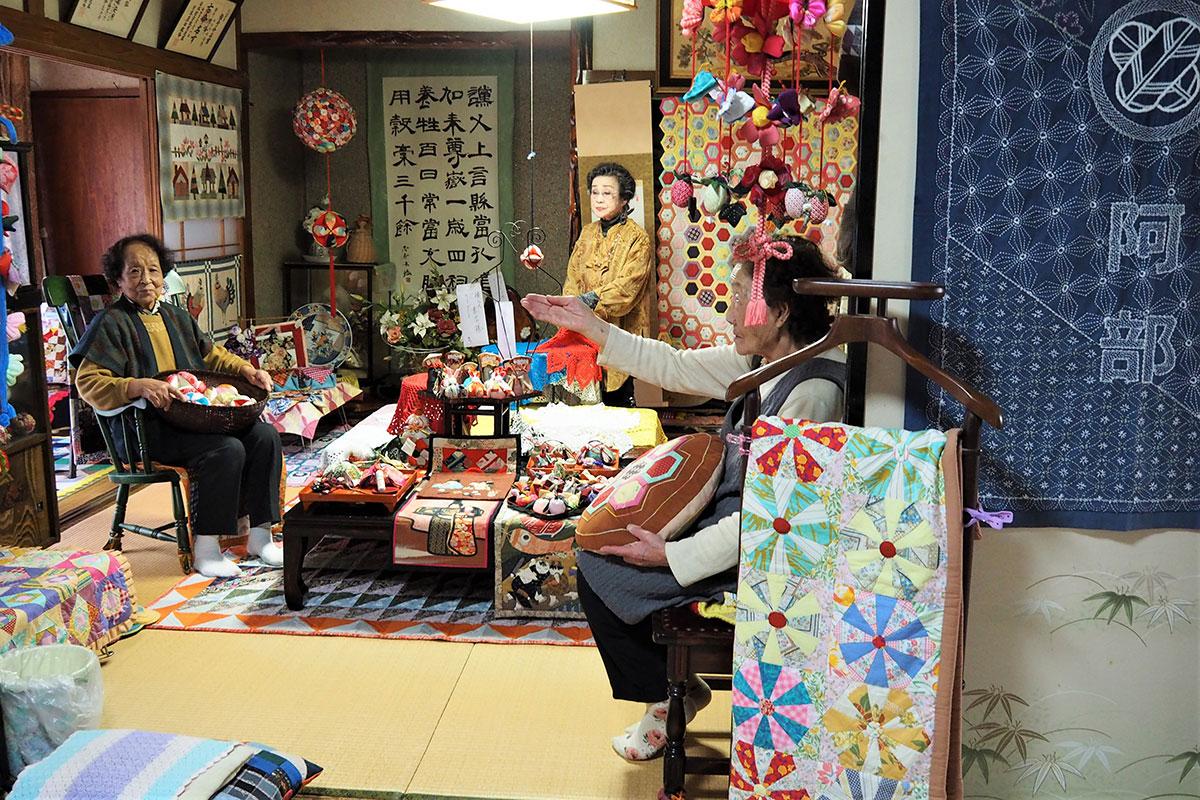 茶飲み友達と作品を見ながら会話を楽しむ阿部さん(左)