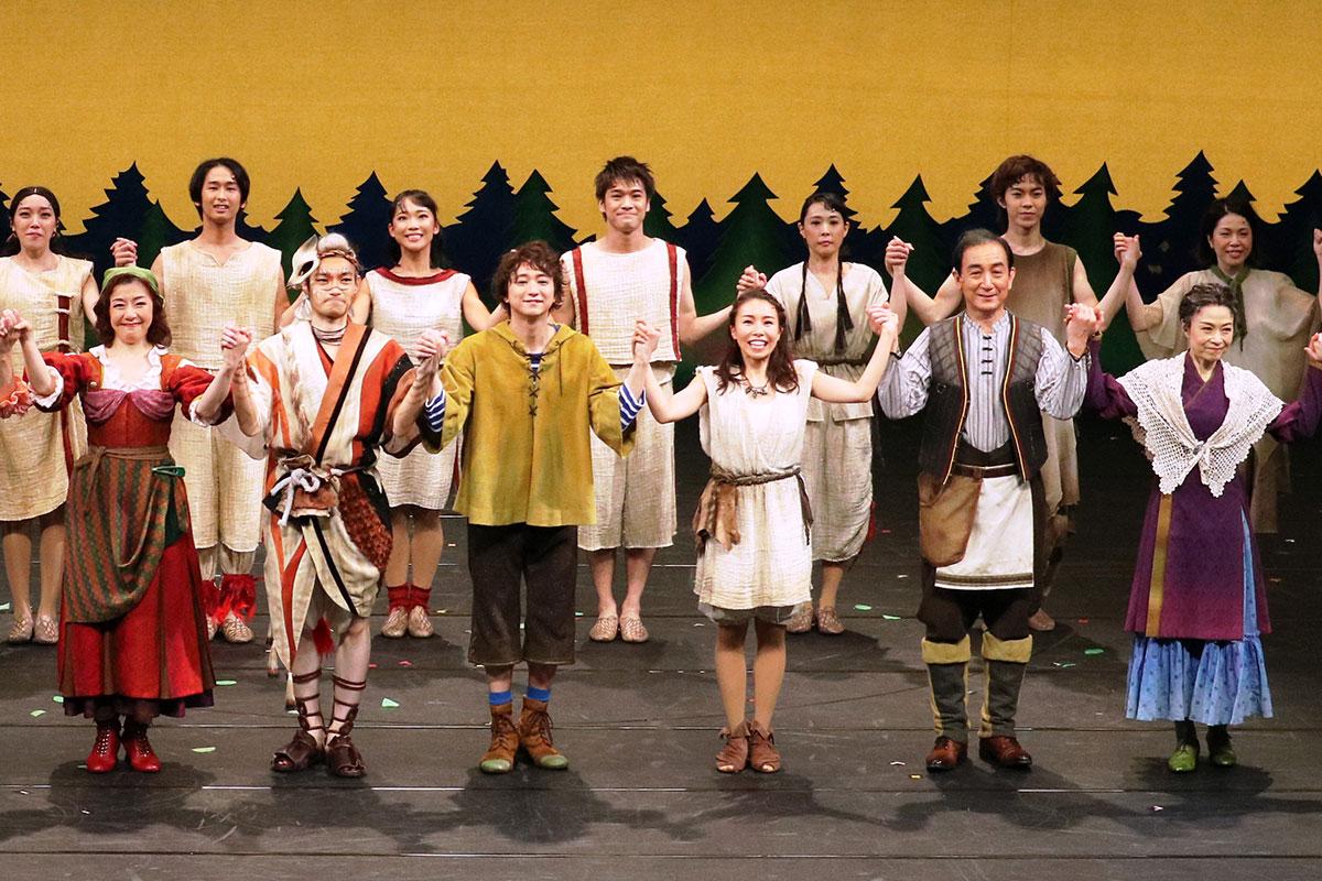 出演者が手をつなぎ、観客の拍手に応えたカーテンコール