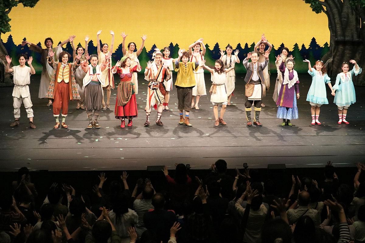 最後は観客と出演者が手を振り合い、感動を分かち合った