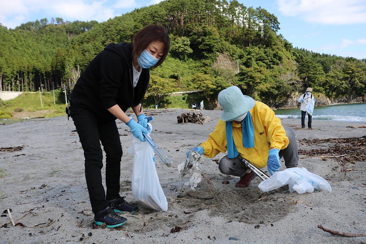 砂に埋もれていたごみを回収。浜辺にはたき火の跡も