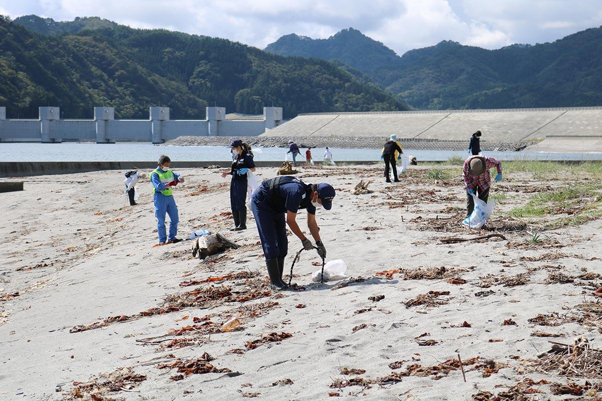 ごみ拾いが行われた片岸海岸。震災の津波で周辺の環境は大きく変わった
