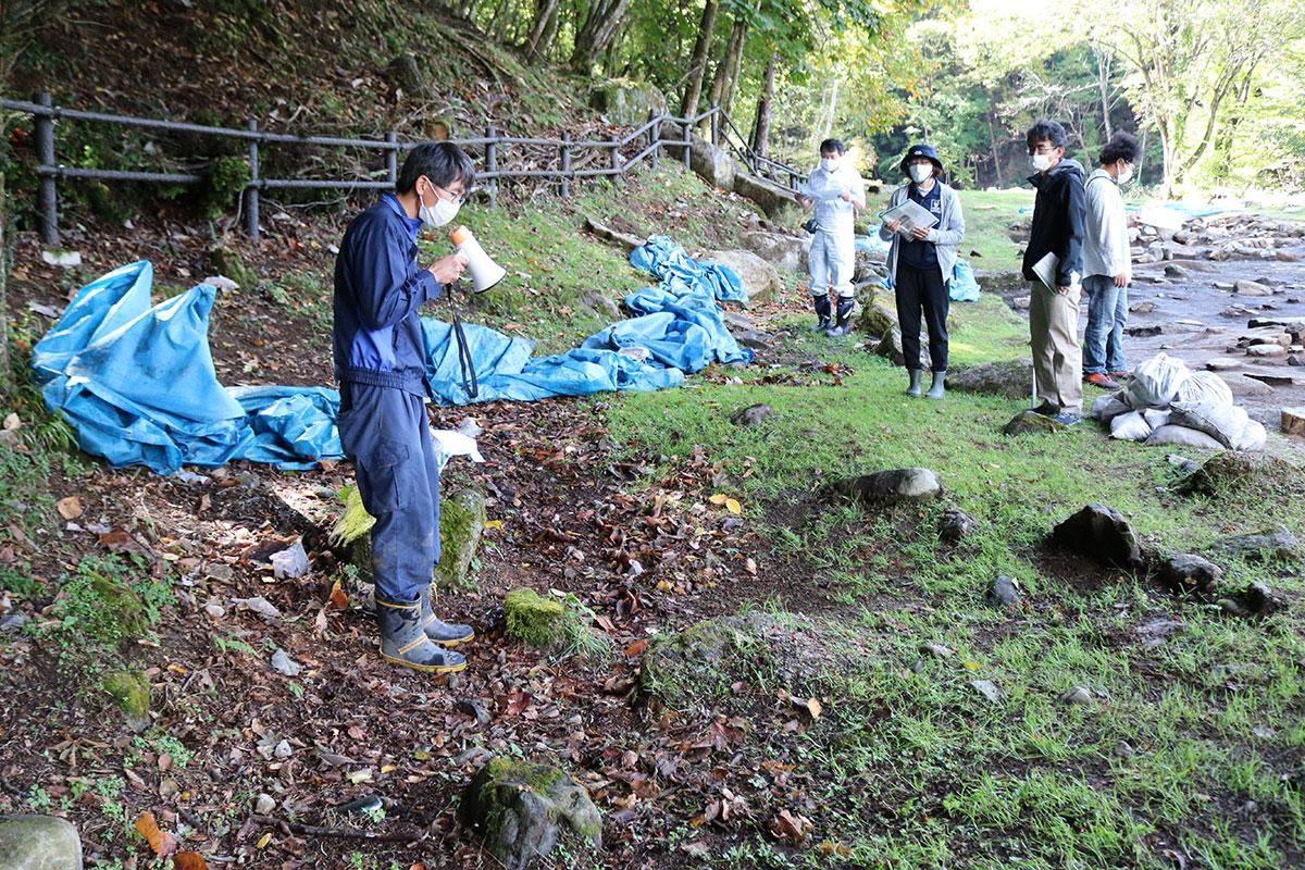 御日払所跡の山際に見られる水路跡。水をためるような円形の石組みも確認できる