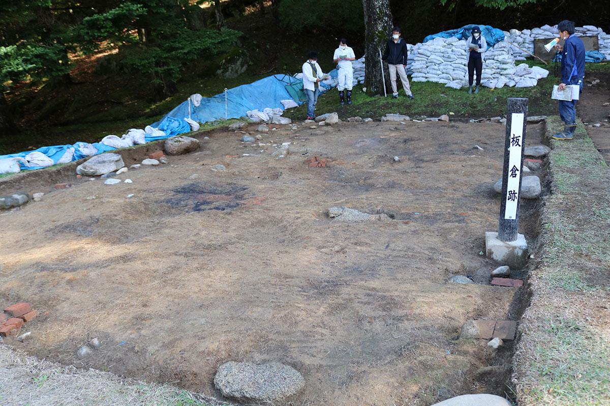 御日払所跡の北側に位置する板蔵跡(約15坪)。所々にれんがが見られる