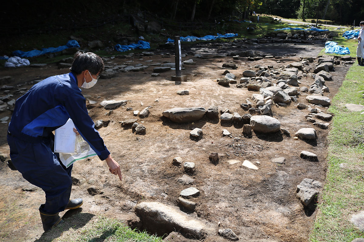「御日払所跡」に残る礎石配列。内側に居宅跡の礎石も確認された