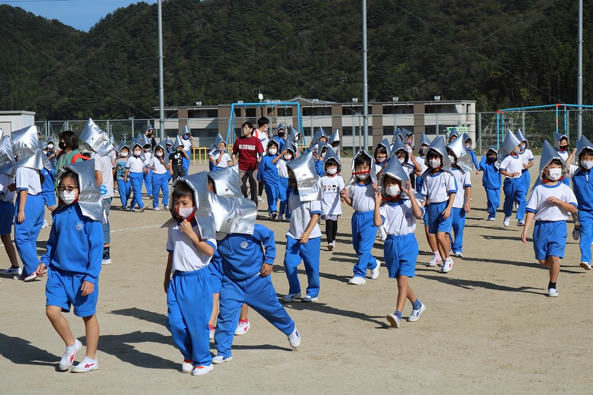 1次避難で校庭に集まる小学生。この後、4階の中学校昇降口前へ向かった
