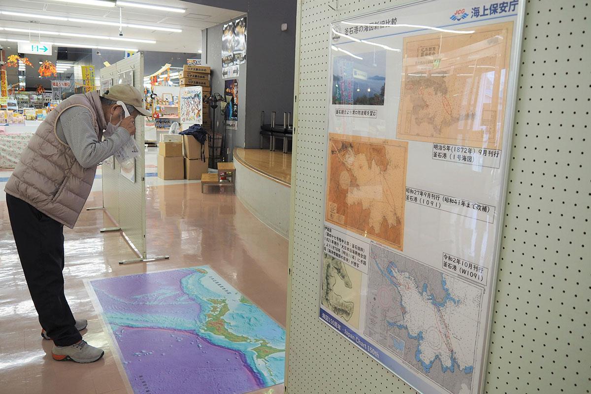特殊メガネで「日本周辺3D海底地形図」をのぞき込む来場