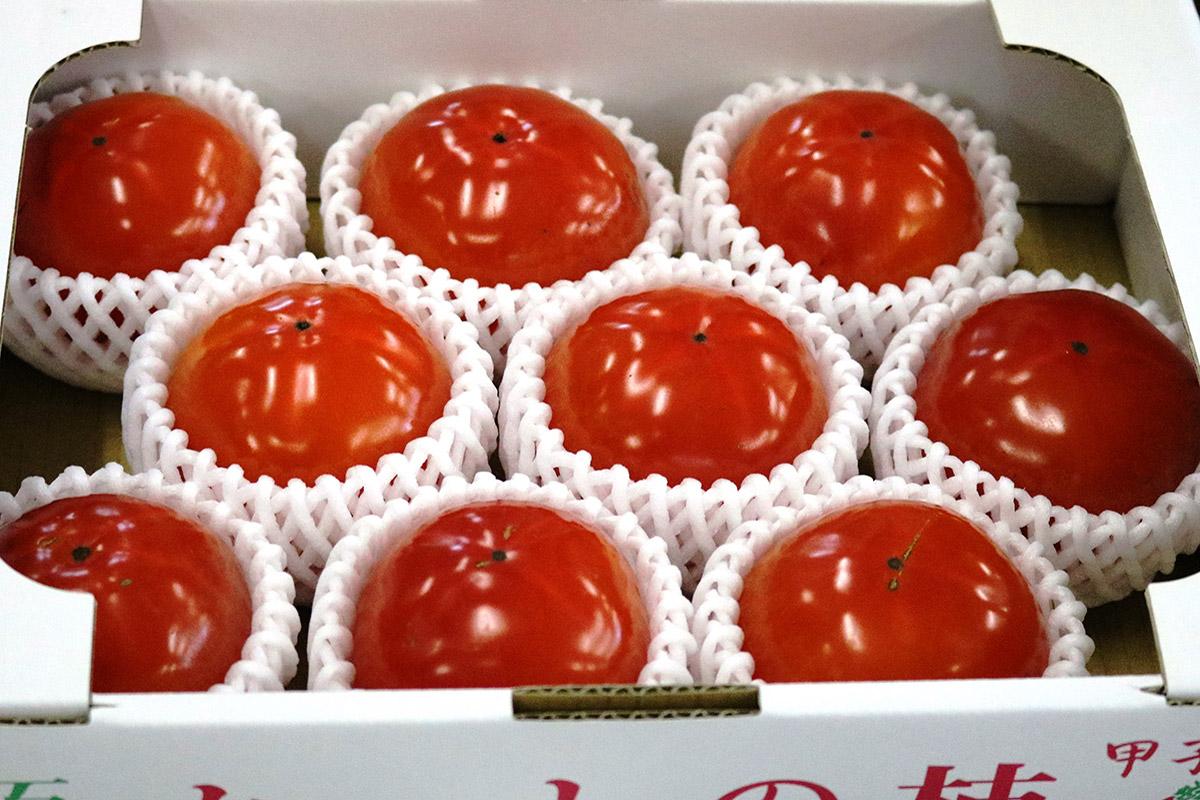 完熟トマトのような色つやが目を引く甲子柿
