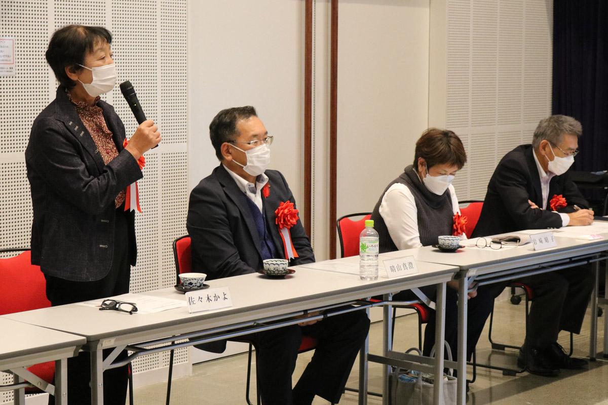総評を述べる佐々木かよ審査委員長(左)