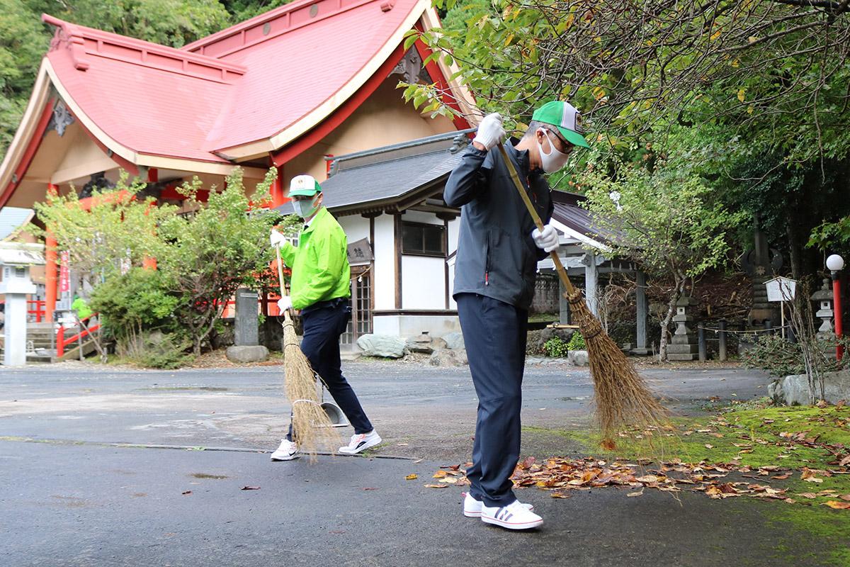 境内にたまった落ち葉を丁寧に掃き掃除