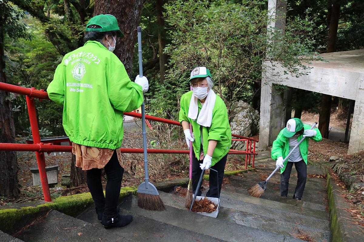 参拝者が安全に歩行できるよう階段もきれいに