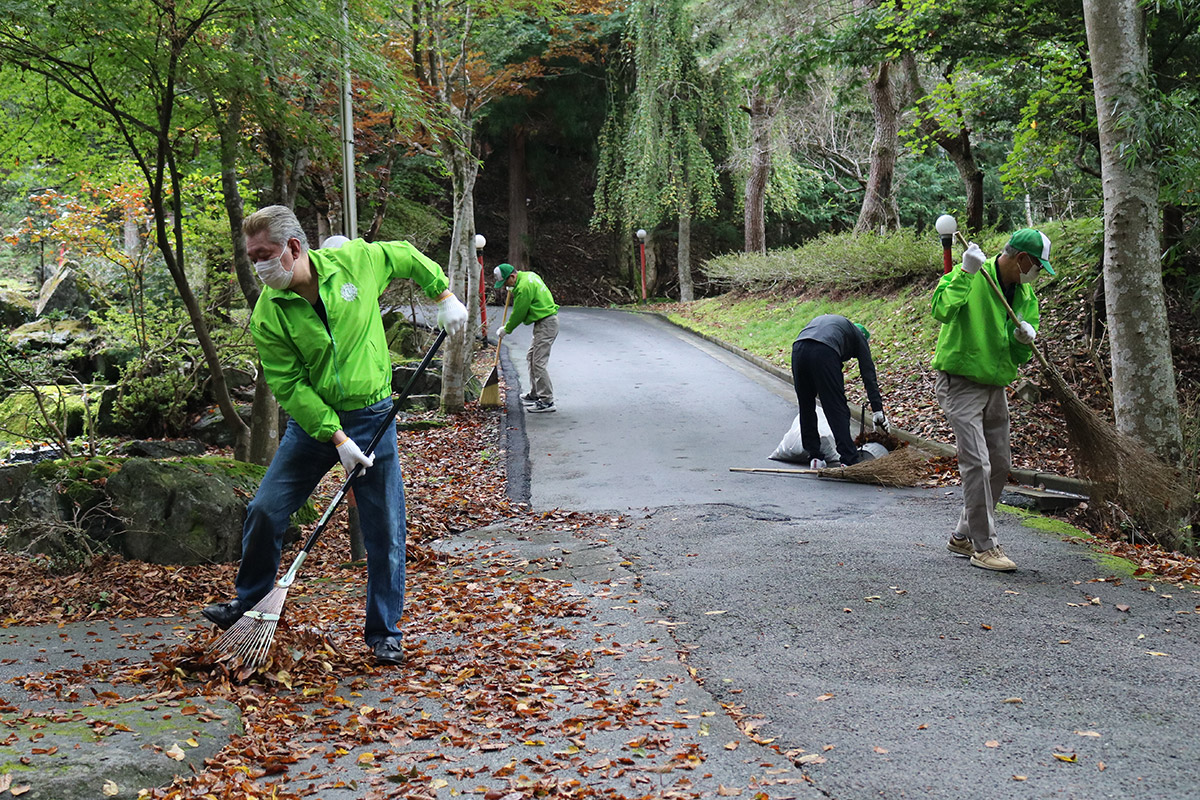 会員らは「奉仕の精神」で清掃活動に励んだ