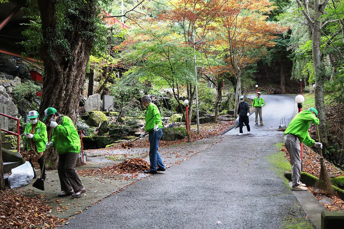 尾崎神社の参道を清掃する釜石ライオンズクラブの会員=9日