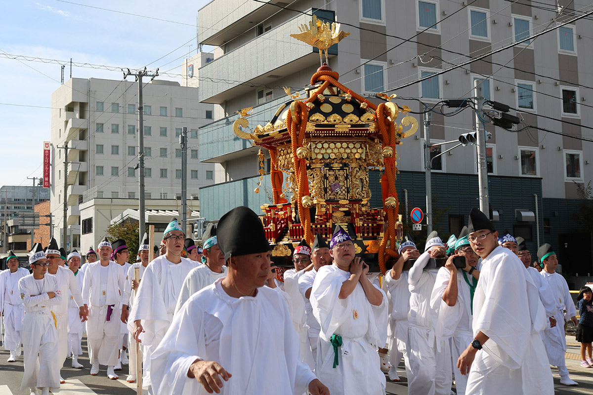2019年の釜石まつりで中心市街地を練り歩く尾崎神社の六角大みこし。70年ぶりに修復され、この年に初お披露目された